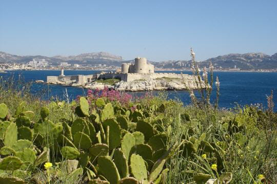 le château d'if trône face à marseille, sur la plus connue des îles du