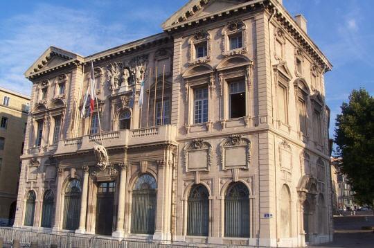 au fond duvieux-port, la mairie étale sa façade sculptée aux armes de la