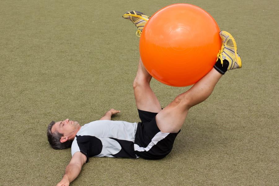 lev de jambe avec ballon 15 exercices pour perdre ses poign es d 39 amour linternaute. Black Bedroom Furniture Sets. Home Design Ideas