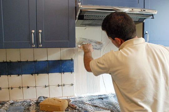 Comment faire pour installer une hotte de ventilation for Installer credence cuisine