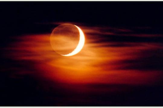 'le croissant de lune est accompagné de sa lumière cendrée (la partie de la lune