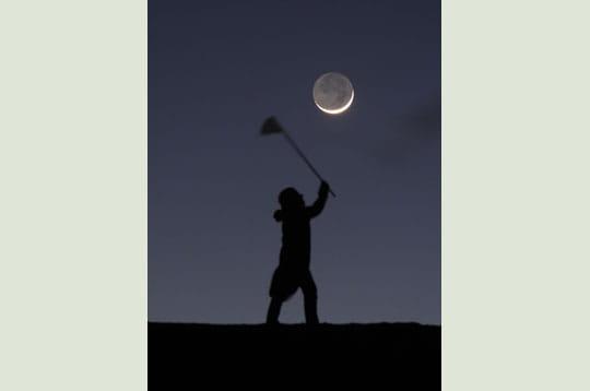 'avec une épuisette, sabine tente de capturer la lune. c'est peine perdue, car