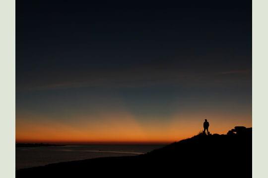 'le soleil est couché depuis 30 minutes. de vastes rayons crépusculaires sont