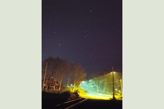 'une couche de fumée épaisse de quelques mètres révèle les cônes lumineux des