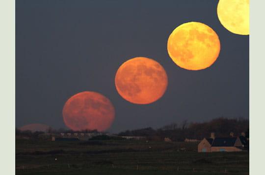 'quelques minutes après le coucher du soleil, la pleine lune se lève. sur ce