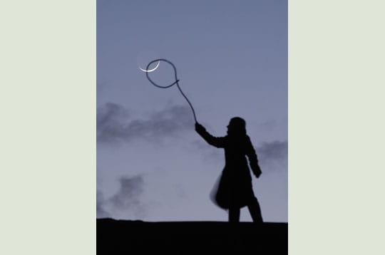 'après avoir peint, puis capturé la lune, cette fois-ci, sabine l'attrape au