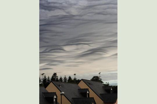 'ce soir, le ciel est empli de nuages extraordinaires, des altostratus