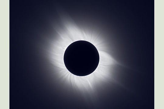 'lors de la phase de totalité d'une éclipse de soleil, la couronne s'étend sur