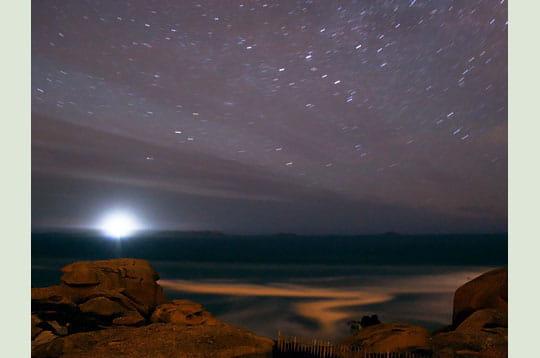 'le phare des 7 îles illumine de son éclat blanc l'horizon ainsi que l'écume des