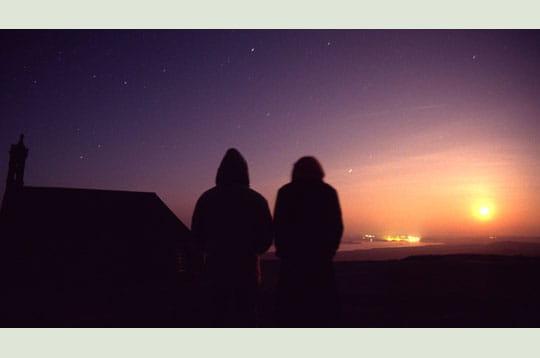 'johane et mickaël contemplent le lever de la pleine lune au sommet de la