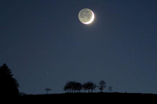'par une soirée très claire et fraîche, un croissant de lune se détache à