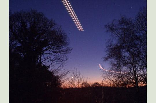'un avion est sur le point d'atterrir au dessus de l'aéroport de pluguffan. afin