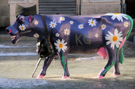 marguerite la vache et le prisonnier cow parade les vaches ont envahi marseille linternaute. Black Bedroom Furniture Sets. Home Design Ideas