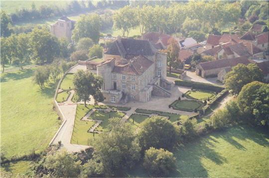 aux confins du quercy, le paisible village de saint-projet abrite un imposant