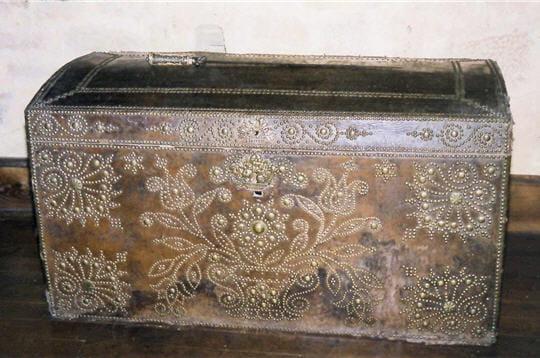 cette malle de voyage du xviiie siècle a été retrouvée dans le château. elle est