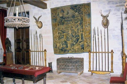 la pièce des chevaliers conserve de nombreuses armes et trophées de chasse.