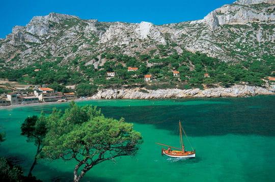 une plage de galets, de coquetscabanons, un port chaleureux... sormiou est