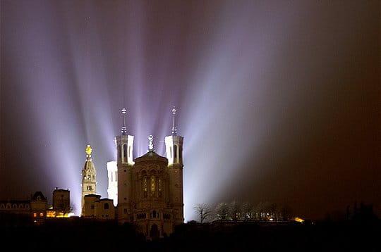 la colline et la basilique de fourvière se sont retrouvées éclairées en