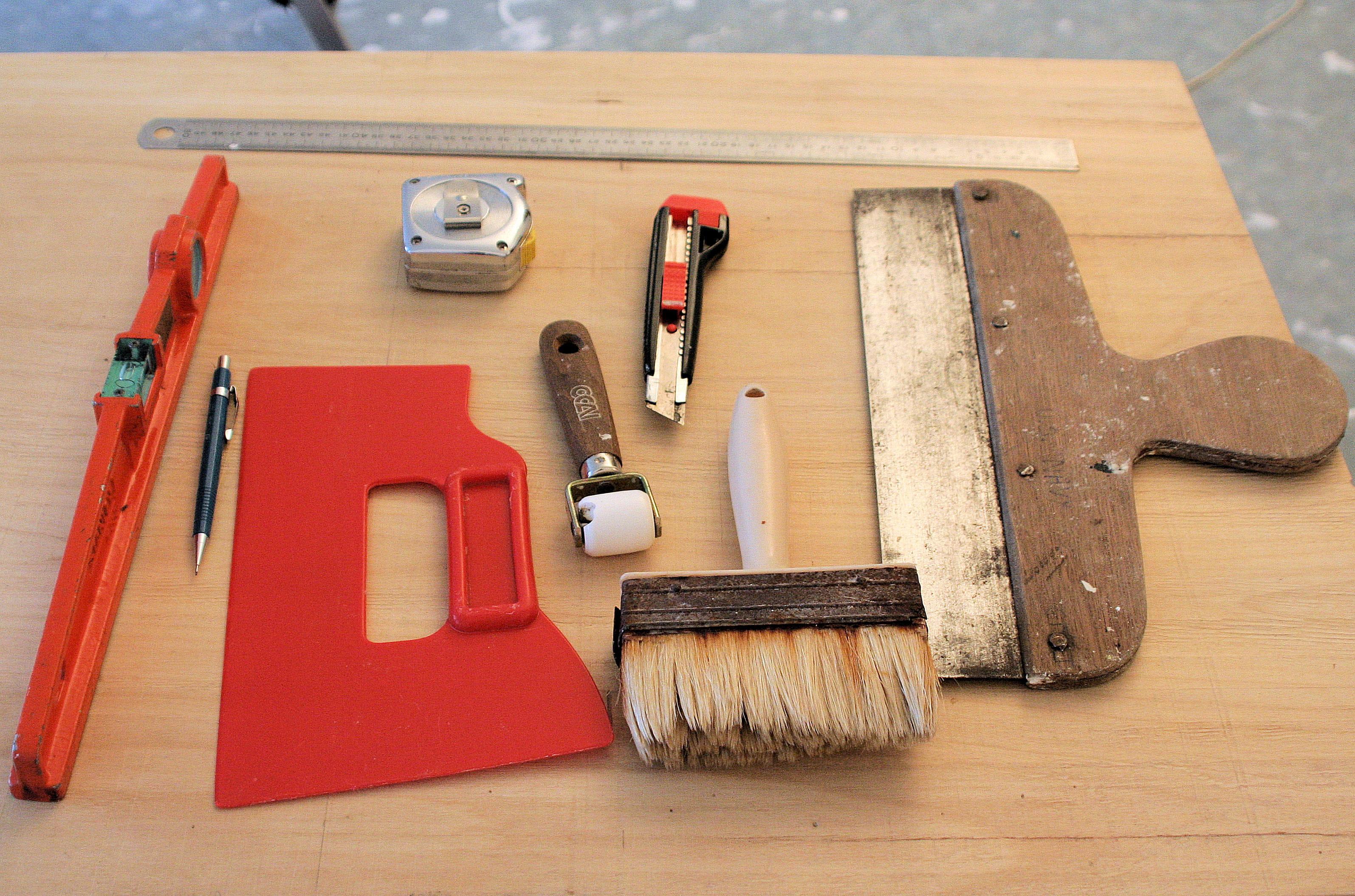 Les outils n cessaires poser du papier peint intiss linternaute - Poser du papier intisse ...