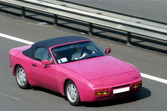 Cette Porsche 944 cabriolet a bénéficié d'une peinture personnalisée rose
