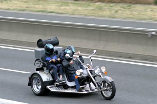 trois roues pour trois personnes des v hicules surprenants vus sur autoroute linternaute. Black Bedroom Furniture Sets. Home Design Ideas
