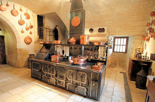 les cuisines du châteausont installées dans une salle voûtée sur croisée
