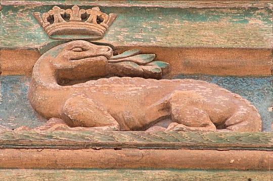 sur la porte d'entrée du château trône la salamandre, emblème de françois