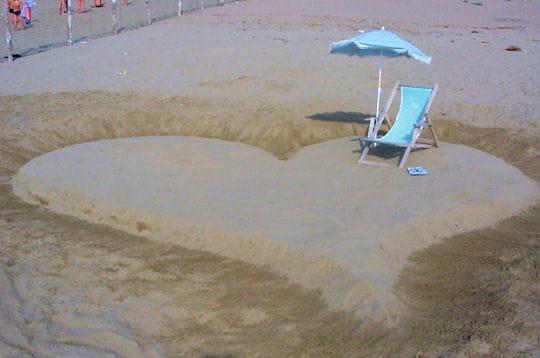 http://www.linternaute.com/mer-voile/littoral/photo/vos-plus-belles-declarations-sur-le-sable/image/bain-d-amour-281976.jpg