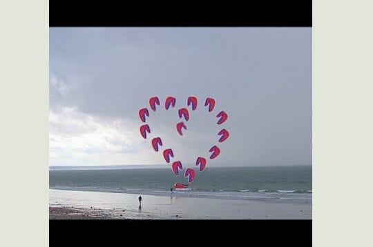 http://www.linternaute.com/mer-voile/littoral/photo/vos-plus-belles-declarations-sur-le-sable/image/coeur-volant-281987.jpg