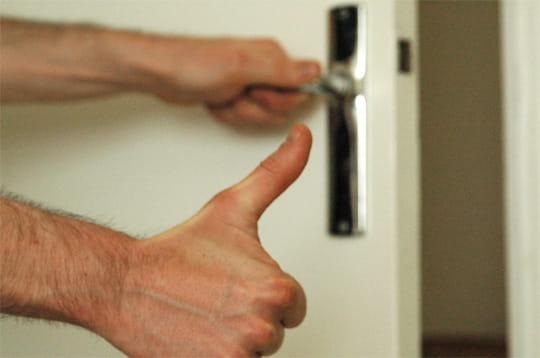 Retirer les cales graisser une porte qui grince linternaute - Comment remettre une porte dans ses gonds ...