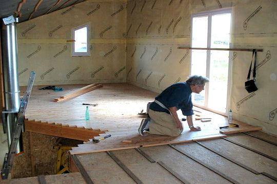 pose du plancher construire soi m me sa maison linternaute. Black Bedroom Furniture Sets. Home Design Ideas