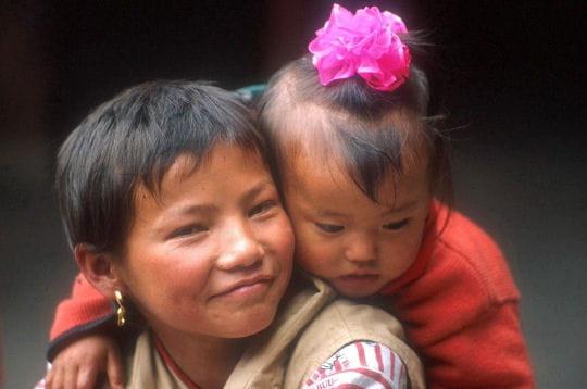 jeune tibétaine et sa petite soeur élégamment coiffée.