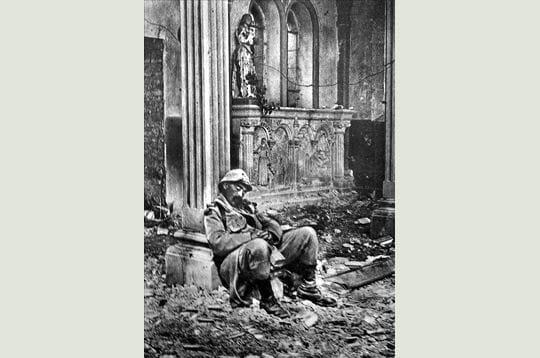un soldat français endormi dans une église en ruines. peu importe le lieu,
