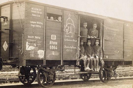 cette carte postale de 1916 montre un convoi de militaires français dans un