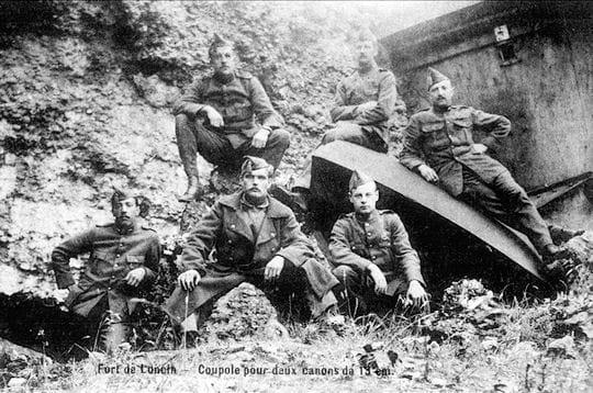 août 1914. des soldats sont postés au fort de loncin, une des fortifications