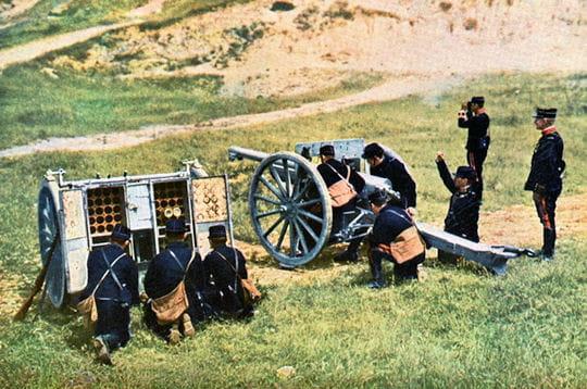 des soldats s'affairent autour d'un canon de 75 utilisé lors de la première