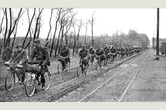 comme le cheval, la bicyclette était encore très utilisée pendant la grande