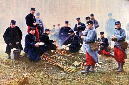 l'armée française lors d'une collation au bivouac, près de verdun en 1916.