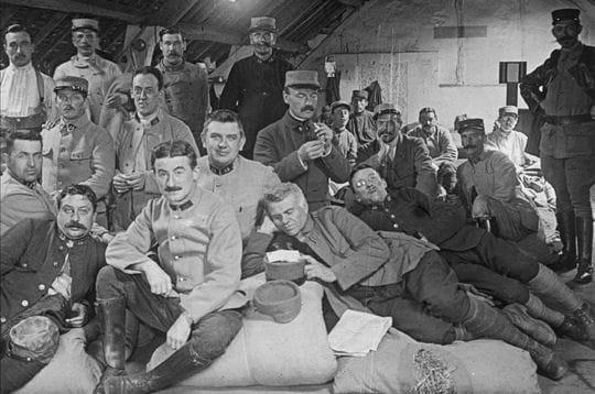 soldats français au repos à l'arrière.
