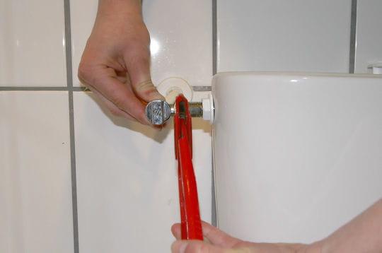 raccorder le robinet d 39 arr t remplacer un m canisme de chasse d 39 eau linternaute. Black Bedroom Furniture Sets. Home Design Ideas