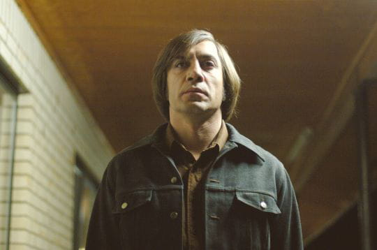 anton chigurh : le monstre dans no country for old men, qui tue ses proies avec