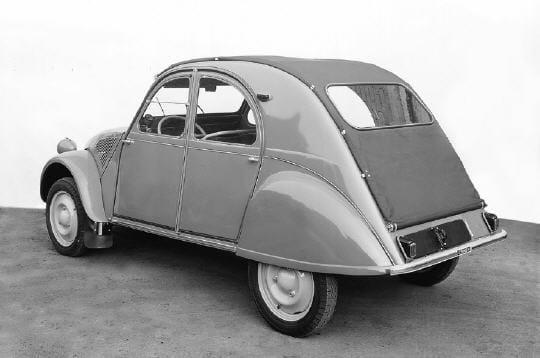 nouvelle calandre et une nouvelle version en 1956   la 2cv