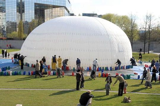 gonflement un ballon pour mesurer la qualit de l 39 air de paris linternaute. Black Bedroom Furniture Sets. Home Design Ideas