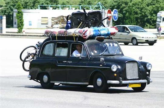 un d part en vacances en taxi voitures insolites sur autoroutes d part en vacances linternaute. Black Bedroom Furniture Sets. Home Design Ideas