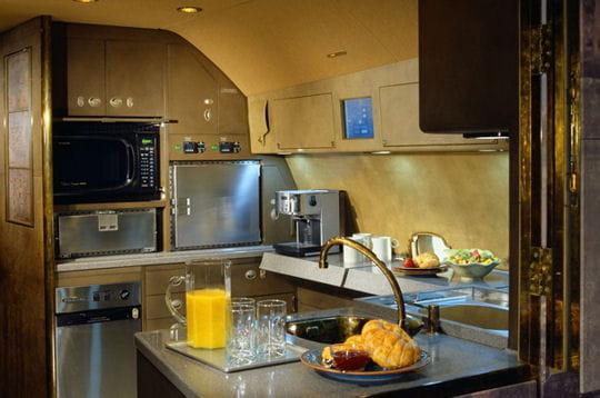 une cuisine int gr e jets priv s embarquez bord des plus beaux avions d 39 affaire linternaute. Black Bedroom Furniture Sets. Home Design Ideas