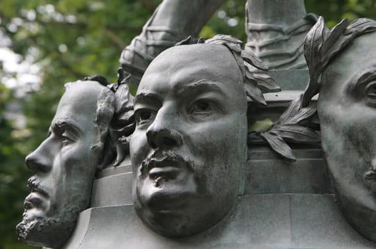 statue intitulée 'le marchand de masques' de zacharie astruc (1835 - 1907)
