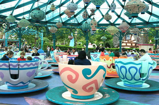 http://www.linternaute.com/sortir/parcsdeloisirs/photo/les-attractions-de-disneyland-paris/image/mad-hatter-s-tea-cups-307984.jpg