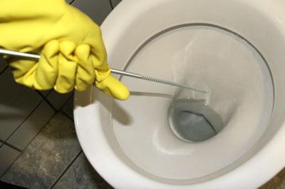 enfoncer le furet dans la canalisation 5 techniques pour d boucher les toilettes linternaute. Black Bedroom Furniture Sets. Home Design Ideas