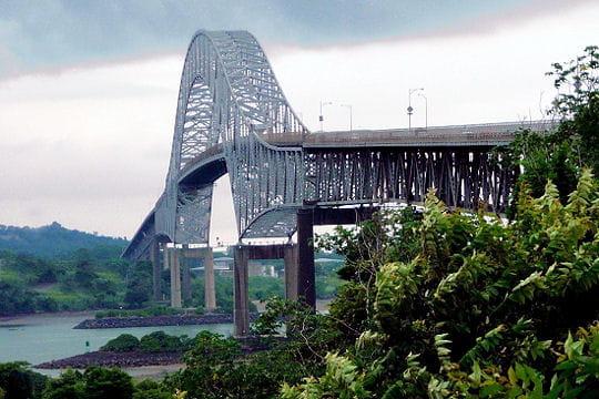 au panamá, dans la capitale du même nom, le pont des amériques permet depuis