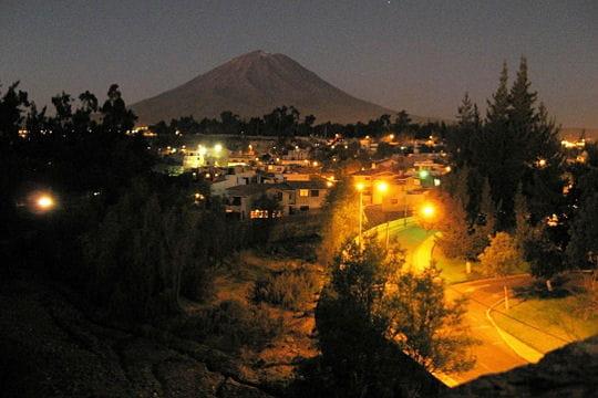 dans le sud du pérou, la panaméricaine fait un crochet vers la ville d'arequipa